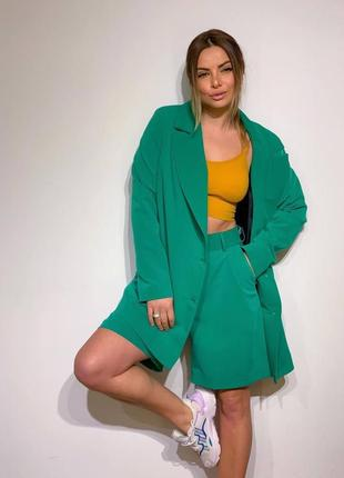 Стильный зелёный костюм шорты бермуды и пиджак