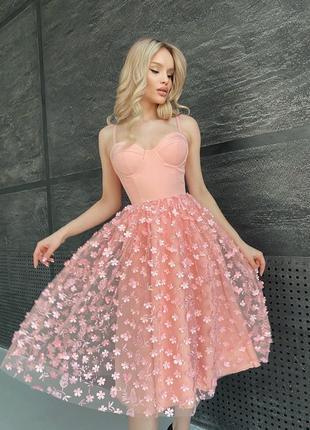 Элегантное платье-бюстье с пышной юбочкой в 3д цветах