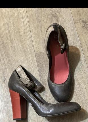 Стильные туфли красный каблук