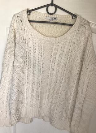 Актуальный, базовый, вязаный молочный свитер/джемпер с узорами