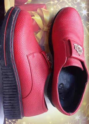 Красные кожаные туфли лоферы с массивной подошвой