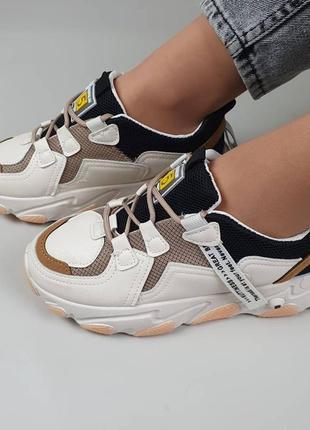 Женские кроссовки на шнурках