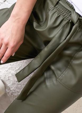 Модные брюки из экокожи5 фото
