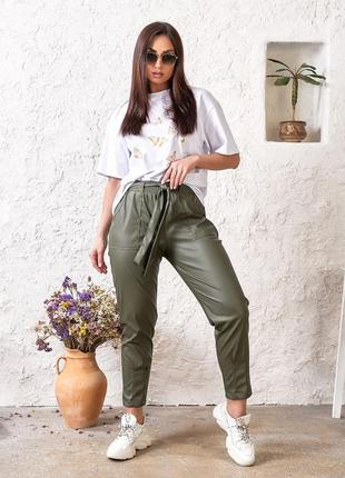 Модные брюки из экокожи