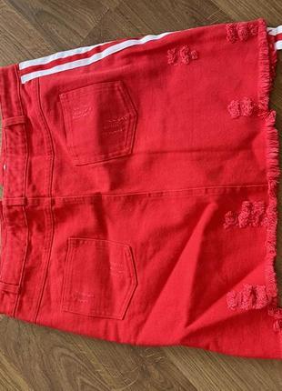 Красная джинсовая юбка с лампасом