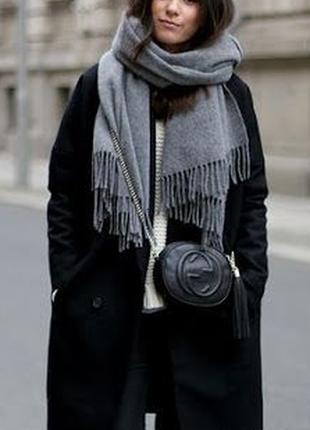 Стильный серый шарф-палантин в наличии