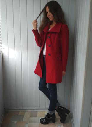 Красивое алое пальто