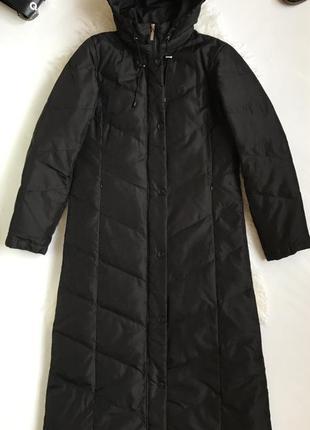 Актуальное длинное пуховое пальто с капюшоном
