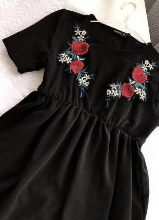Милое платье с нашивками (держит форму)