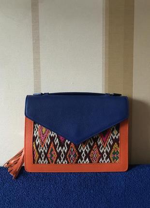 Яркая кожаная сумка с этническими элементами