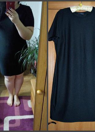 Черное платье-футляр в рубчик