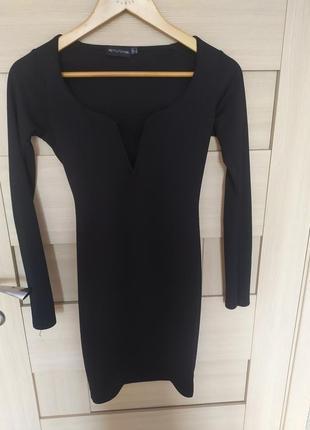 Платье чёрное классическое вечернее короткое с спущенными плечами в образным вырезом