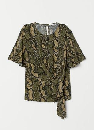 Блузка с драпировкой и узором кожа питона