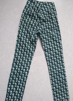 Укороченные штаны с графичным принтом