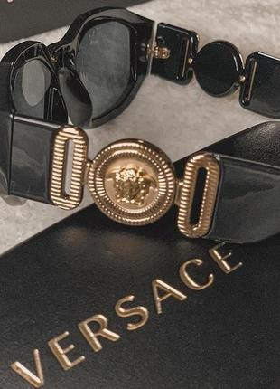 Тренд солнцезащитные чёрные очки с логотипом с широкими дужками, сонячні трендові окуляри