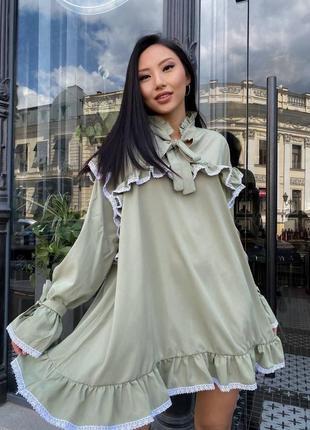 Женское оливковое платье с рюшей
