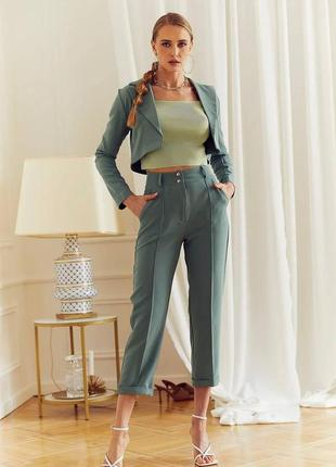 Женский костюм зеленый классический с коротким жакетом