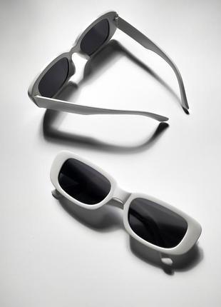 Солнцезащитные очки в белой оправе uv400
