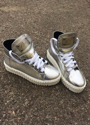 Серебристые кожаные ботинки