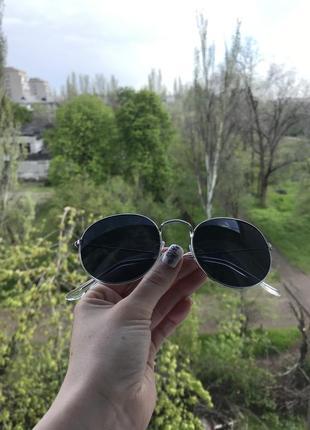 Чёрные очки в серебряной оправе