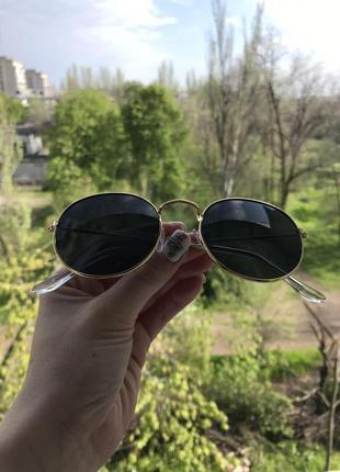Чёрные очки в золотой оправе