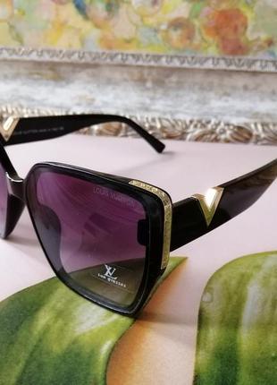 Стильные брендовые чёрные солнцезащитные женские очки с красивым декором