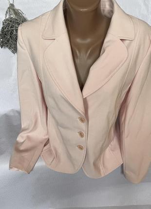 Нежный стильный пиджак