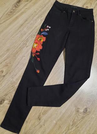 Чёрные джинсы,  джинси з вишивкою