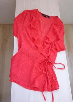 Яркая блуза с рюшами