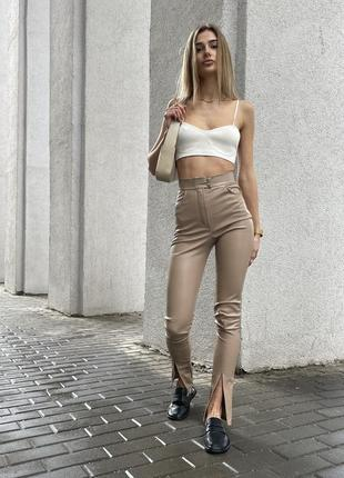 Кожаные брюки скинни с разрезами