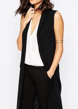 Удлинённый чёрный жилет с разрезами