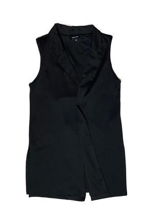 Удлинённый чёрный жилет с разрезами3 фото