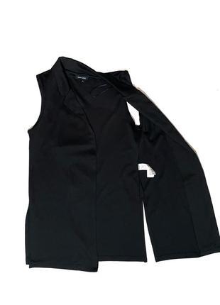 Удлинённый чёрный жилет с разрезами5 фото