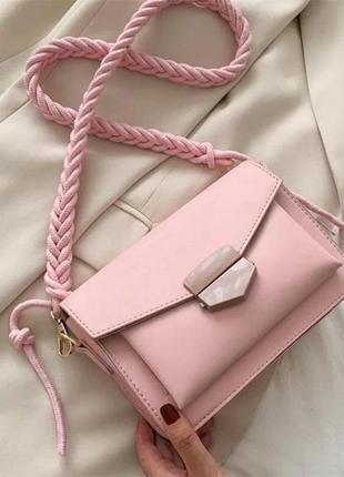 Женская розовая сумка с плетеным ремнем