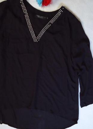Шифоновая блузка с декоративными заклепками