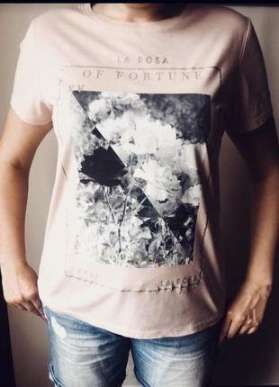 Красивая футболка с черно- белым принтом
