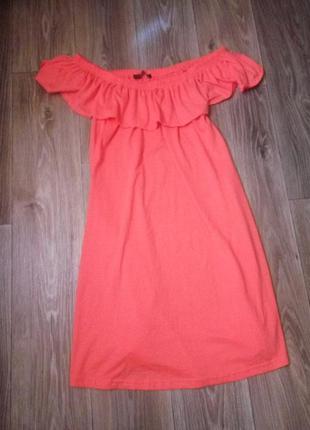 Яркое платье с открытыми плечами