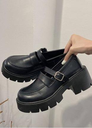 Туфельки в стиле мери джейн с милыми застежками на грубой подошве