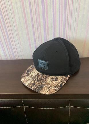 Черная стильная кепка с принтом леопарда
