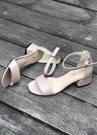Кожаные босоножки на низком каблуке2 фото