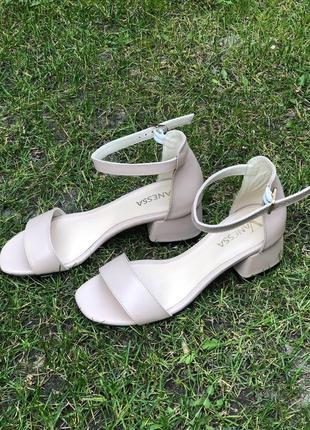 Кожаные босоножки на низком каблуке3 фото