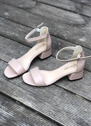 Кожаные босоножки на низком каблуке