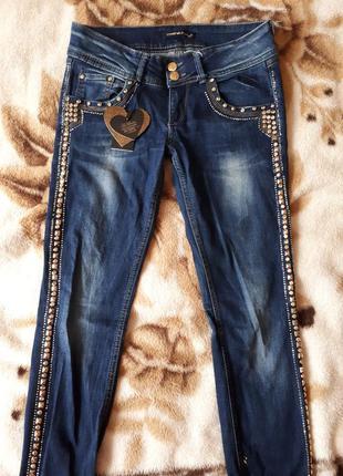Стильные джинсы с камнями и стразами d&she