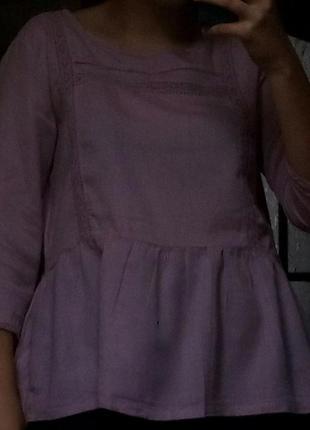 Блуза нежно-розового цвета.