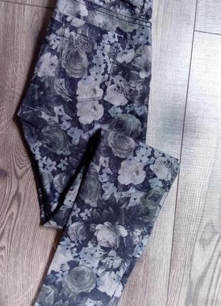 Стильные серые джинсы с цветами - s/m