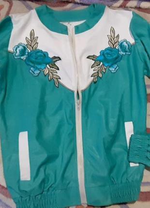 Летняя куртка ветровка с нашивками спортивная