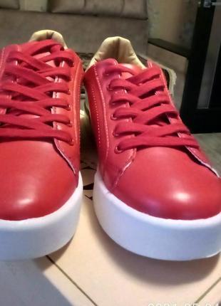 Ярко~красные с золотом кроссовки2 фото