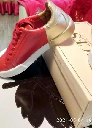 Ярко~красные с золотом кроссовки4 фото