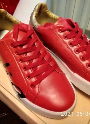 Ярко~красные с золотом кроссовки7 фото