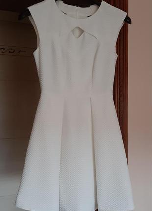 Красивое белое платье с вырезами1 фото